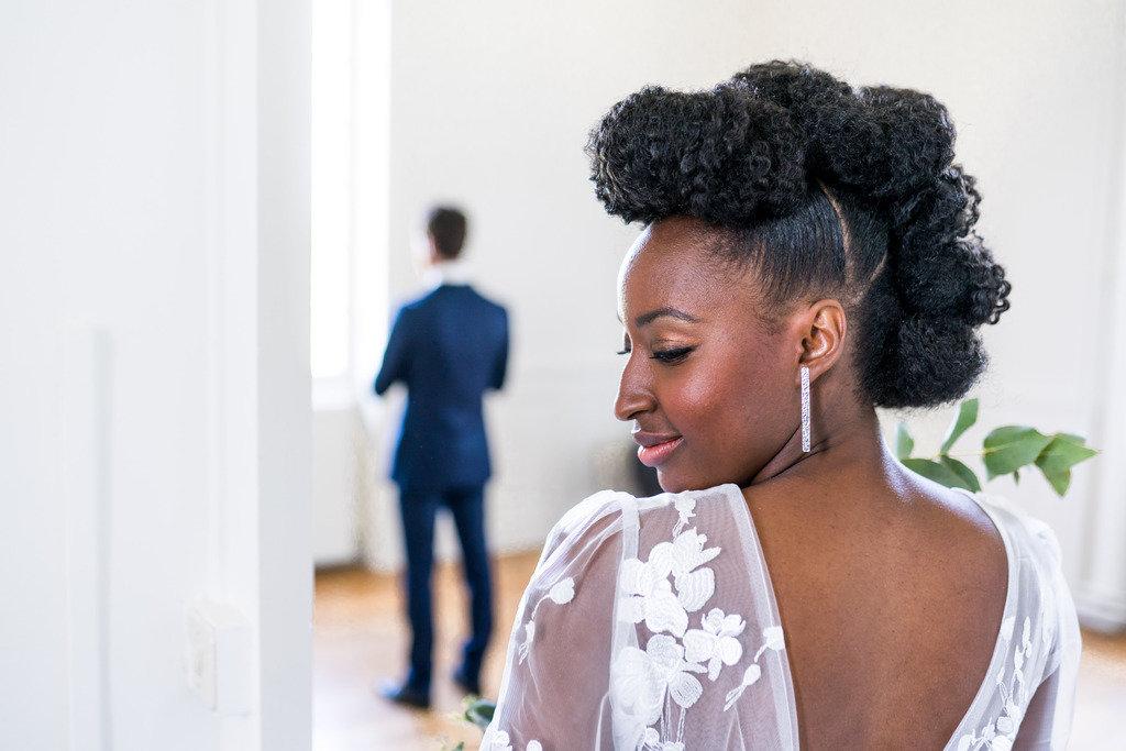 découverte des mariés lors d'un mariage blanc et bleu