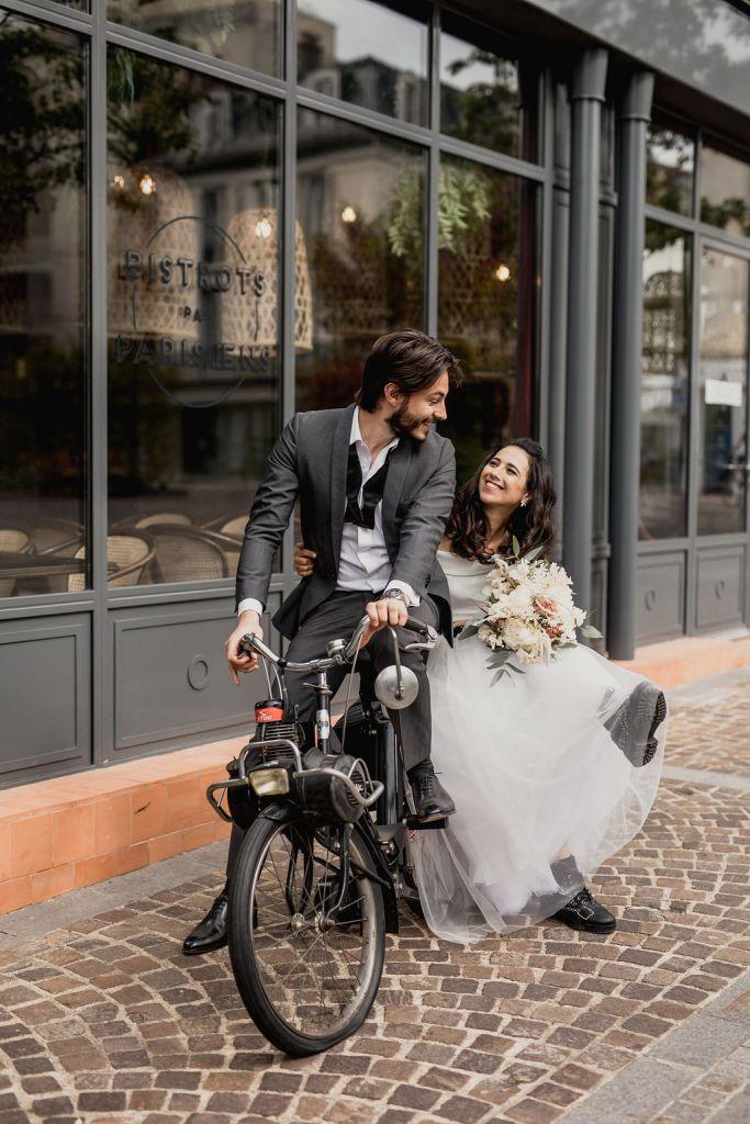 des mariés à vélo
