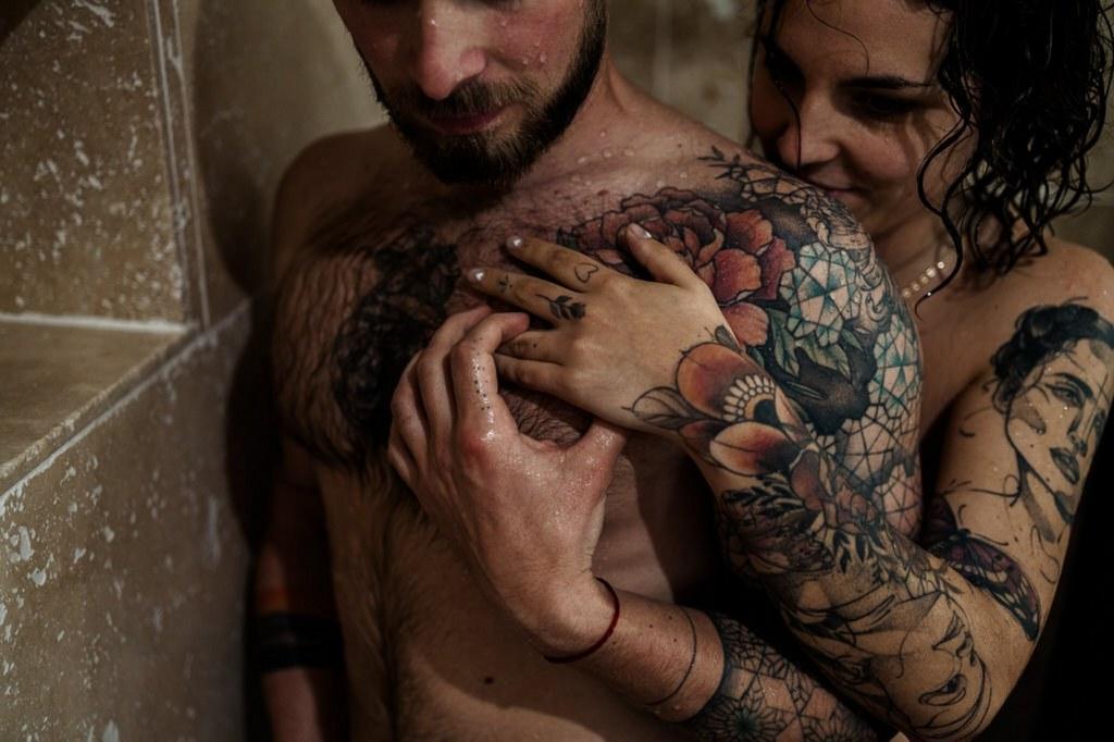 Couple de mariés nus en préparation du mariage