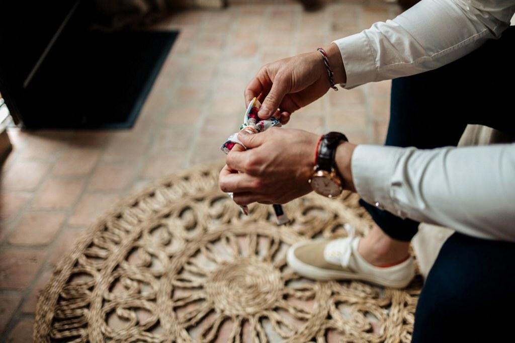 préparation du marié costume bleu noir
