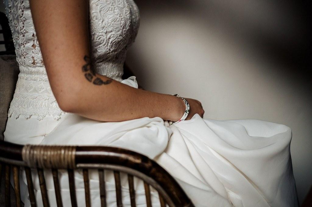 préparation de la mariée robe en dentelles fluide