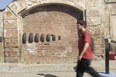 Un visitante paseando por la calle Pere IV, espacio que acogió la 2a edición del festival Ús Barcelona./ Eva Albiol.