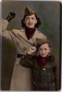 Una emigrant valenciana i el seu fill americà-fotografiats als EUA durant la Guerra