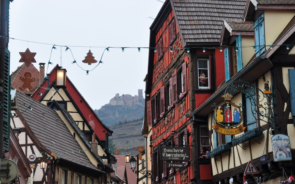 Le marché de Noël médiéval de Ribeauvillé - vue du château depuis la grand'rue
