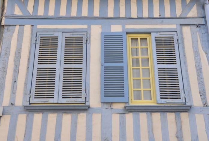 Visiter Honfleur : la plus jolie façade bleu ciel