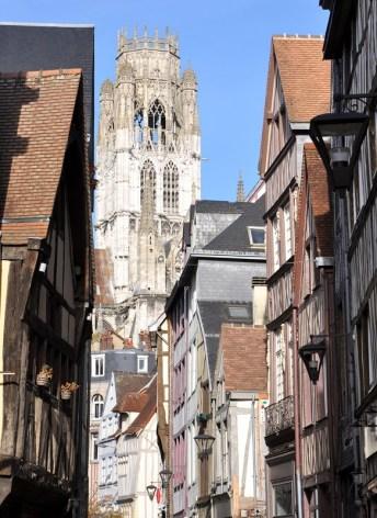 Un week-end à Rouen : l'abbatiale Saint Ouen vue depuis une ruelle