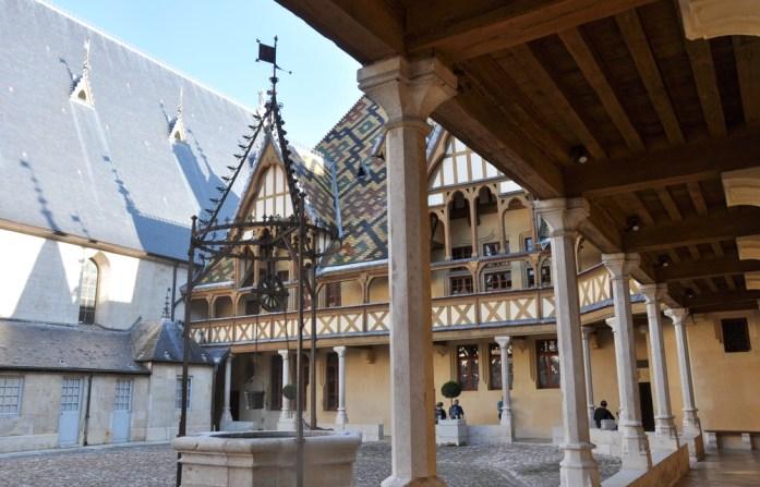 Visiter Beaune et ses hospices - puits de la cour d'honneur