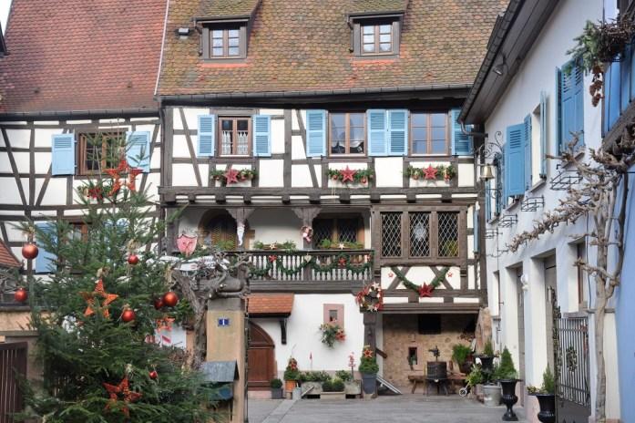 Découvrir Eguisheim en Alsace - marché de Noël