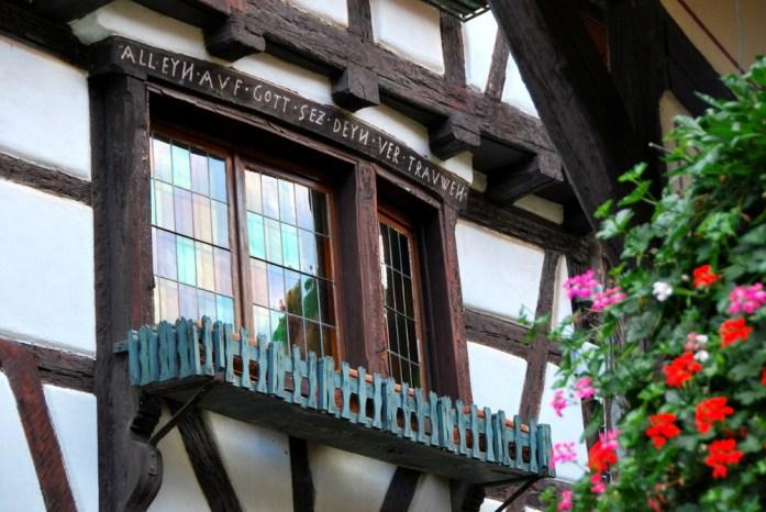Découvrir Eguisheim en Alsace - décor de fenêtre