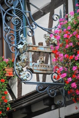 Découvrir Eguisheim en Alsace - enseigne - pressoir