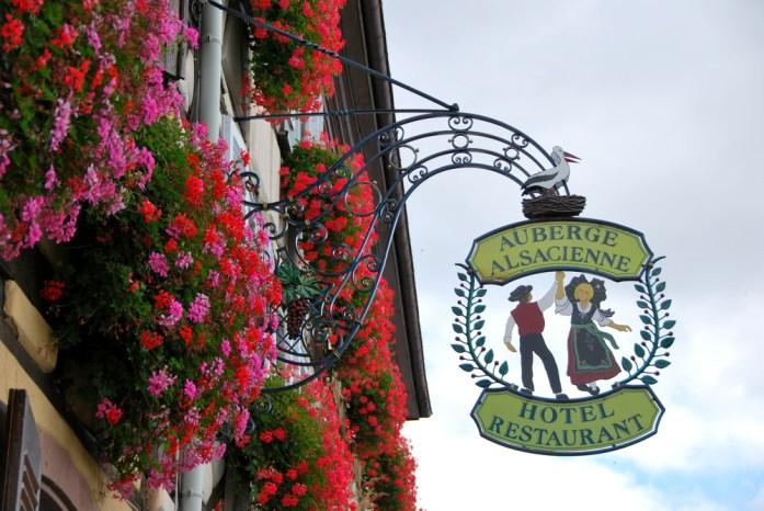 Découvrir Eguisheim en Alsace - enseigne de l'auberge alsacienne