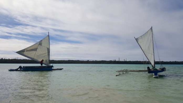 Les îles de Nouvelle Calédonie - pirogues en baie d'Upi