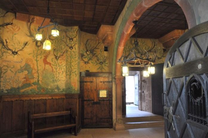 Le Haut Koenigsbourg en Alsace - salle des trophées de chasse