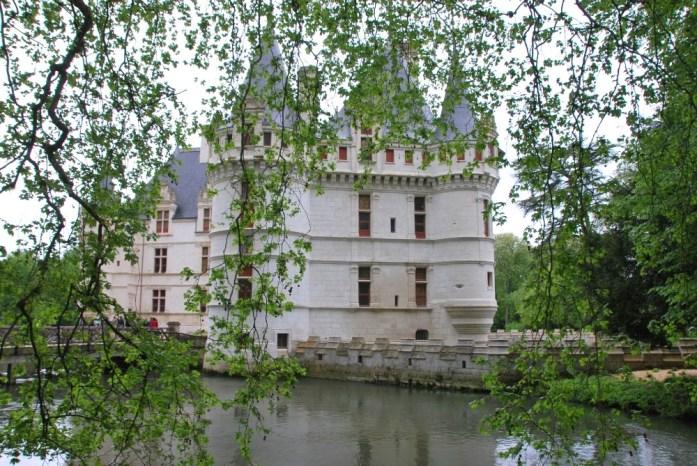 Le Château d'Azay-le-Rideau au milieu de l'Indre