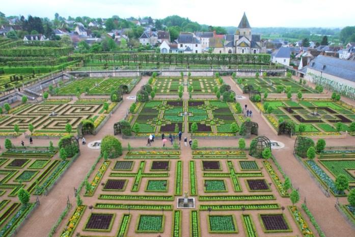 Jardins du château de Villandry - vue sur le potager depuis le château