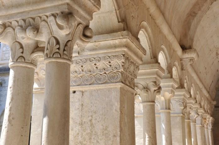 La Marinière en Voyage - piliers du cloître à l'abbaye de Sénanque
