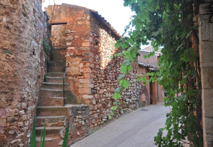 Ruelles en pierre rouge à Roussillon