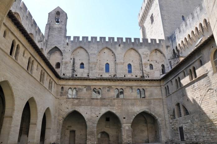 Visiter Avignon et le Palais des Papes en une journée - cour du cloître