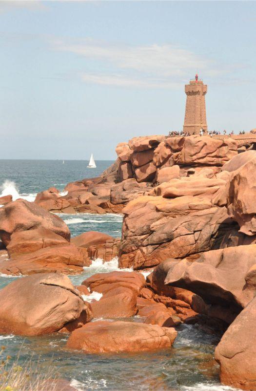 Phare sur la Côte de Granit rose - La Marinière en Voyage