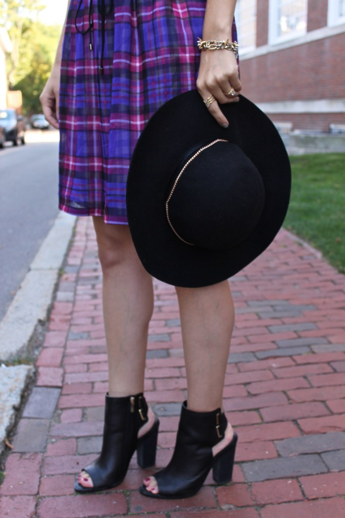 booties and floppy hat