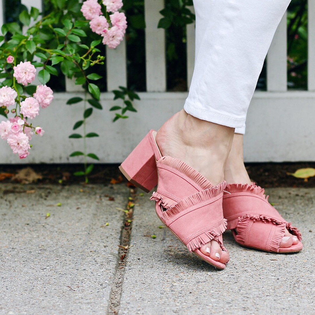 On Wednesdays we wear pink fringe mules!  Zapatillas rosadashellip