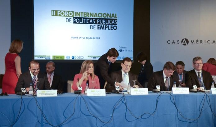 La ministra de empleo Fátima Báñez, junto a Mariano Rajoy, en un foro de economía liberal. Foto: Flickr. Casa de América.