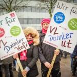 Dos manifestantes de IGMetall en una concentración por la reducción de jornada laboral y la subida del 6%. Foto: Martin Storz