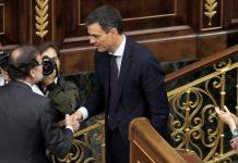 Pedro Sánchez da la mano a Mariano Rajoy tras la votación de la moción de censura.
