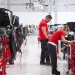 Trabajadores de la línea de producción de Tesla en Fremont, California (EE.UU.). Foto: Alexis Georgeson