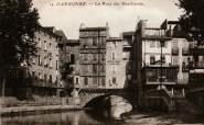 Le pont des Marchands avec de part et d'autre les cagnards de Cité et de Bourg où les vieux prenaient l'hiver le soleil, bien à l'abri du Cers. Collection particulière