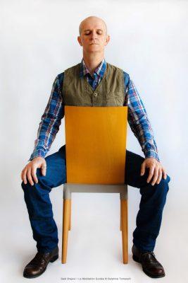 Gael_Brajeul_LaMéditationGuidée • Postitions sur chaise © Delphine Tomaselli