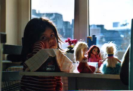 hija triste con muñecas
