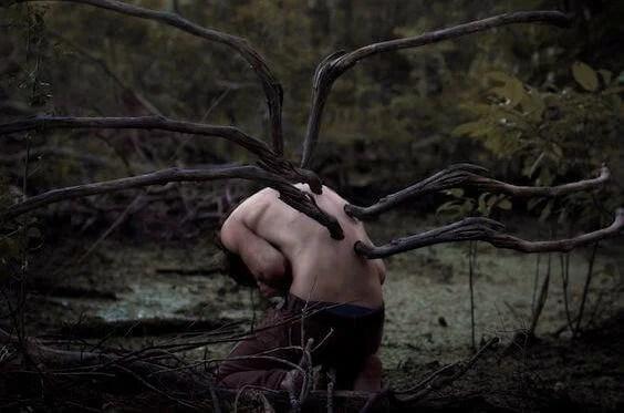 Rami-di-albero-sulla-schiena