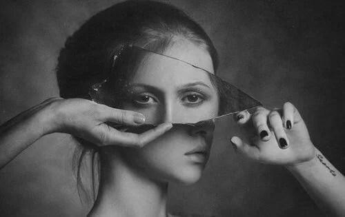 viso-di-donna-deformato-da-un-pezzo-di-vetro