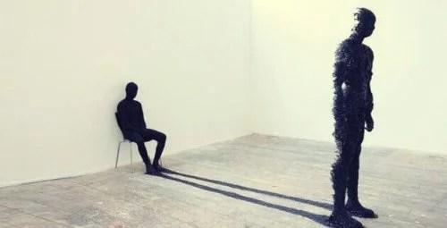 Uomo seduto che rappresenta l'archetipo dell'ombra