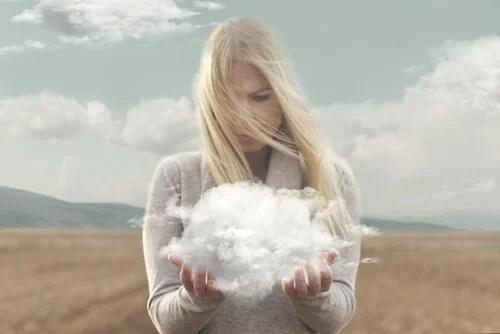 Mujer con nube en las manos simbolizando el poder de los propósitos
