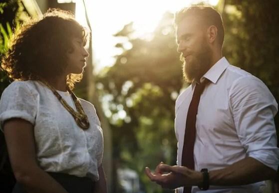 Hombre teniendo encuentro con una chica representando cómo ser altamente empático