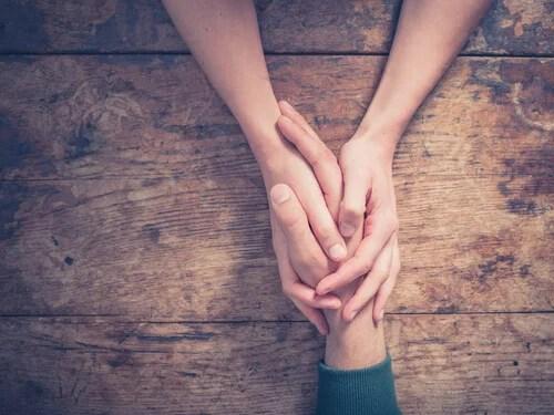 Manos representando cómo ser altamente empático