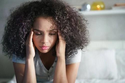 Mujer pensando en manejar sus emociones