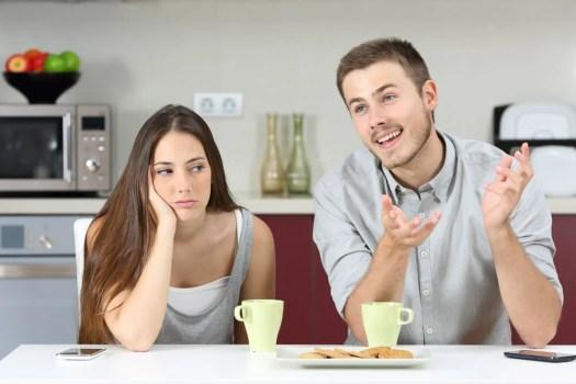 Mujer aburrida en una conversación