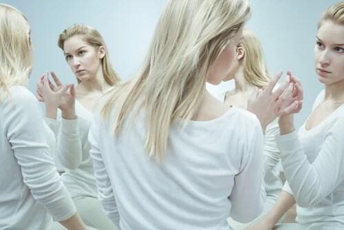 Mujer con reflejo multiplicado