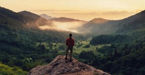 hombre sobre montaña representando las 6 fortalezas de carácter