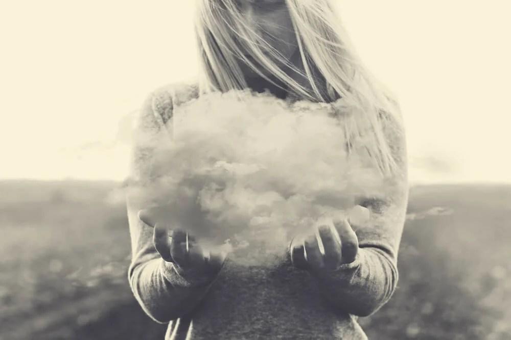 Mujer con una nube en las manos