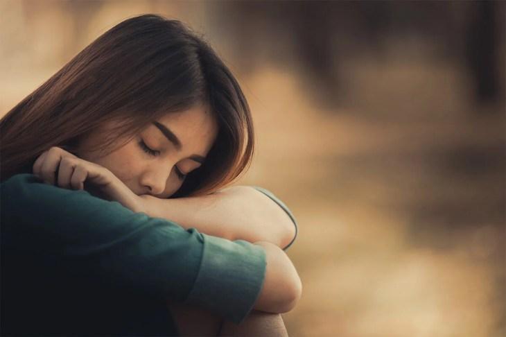 Mujer triste sentada pensando en La pérdida de un ser querido