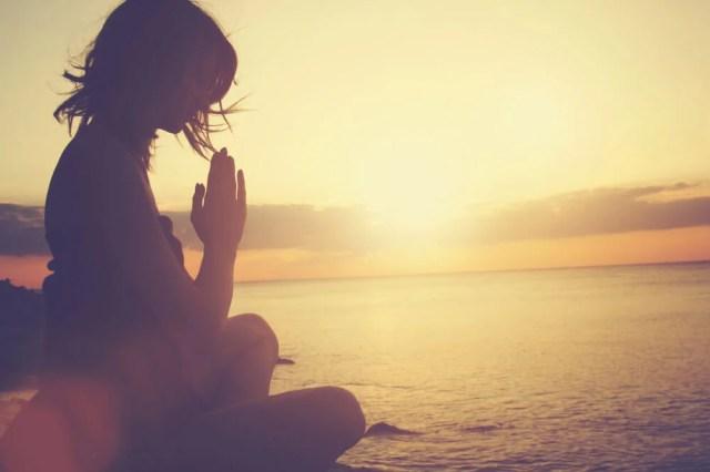 Donna che pratica yoga e pensa alle frasi del Buddha