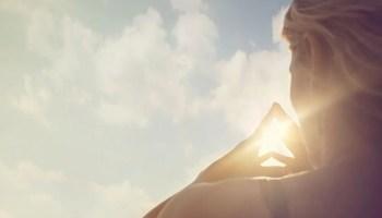 Mujer viviendo su espiritualidad