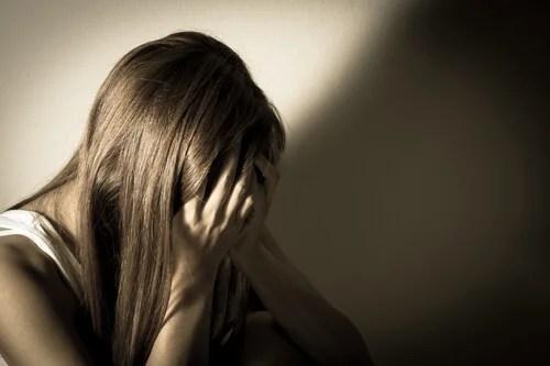 Mujer agotada y enfadada con las manos en la cara