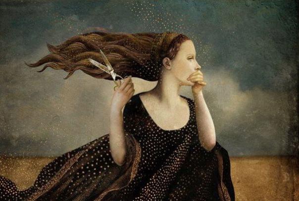 Mujer cortándose el cabello con tijeras
