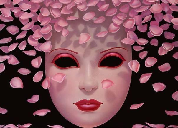 Máscara con pétalos de rosa alrededor