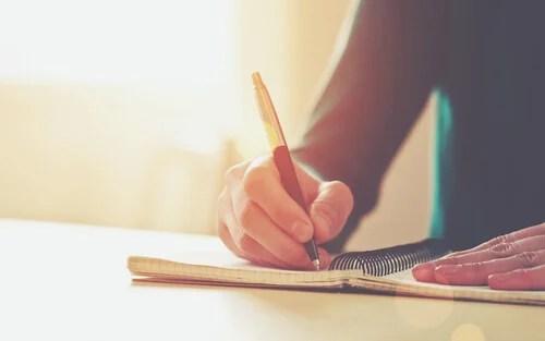 Brazo de una persona que está escribiendo
